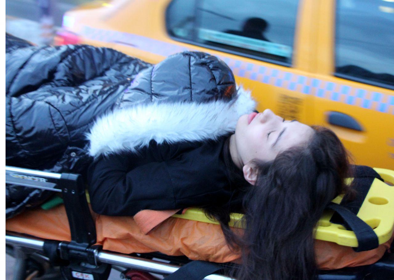 Taksim Meydanı'nda taksinin çarptığı kadının elini bir an olsun bırakmadı