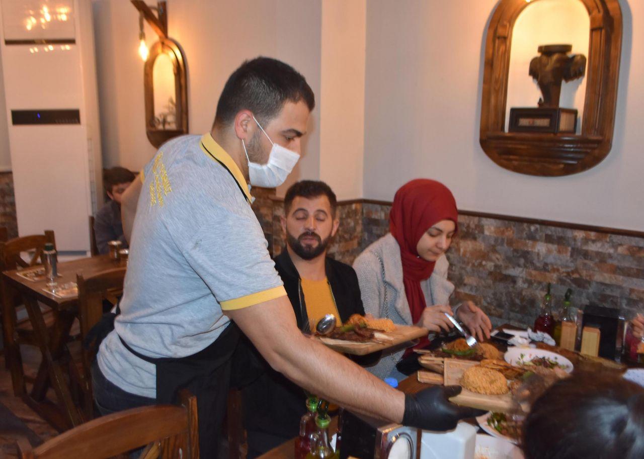 Koronavirüse karşı Lokanta çalışanları müşterileri böyle karşılıyor