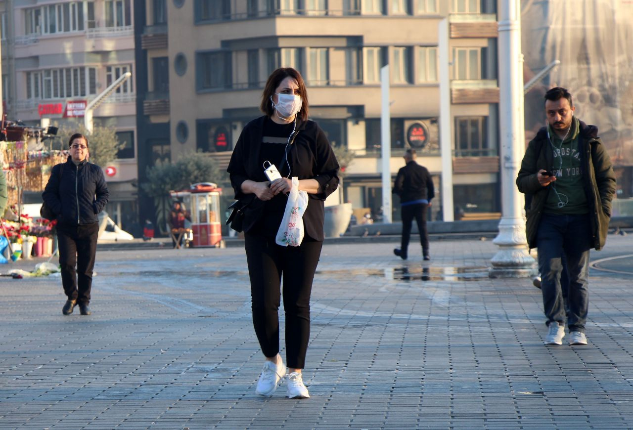Taksim Meydanı'nda maskeli 'koronavirüs' önlemleri