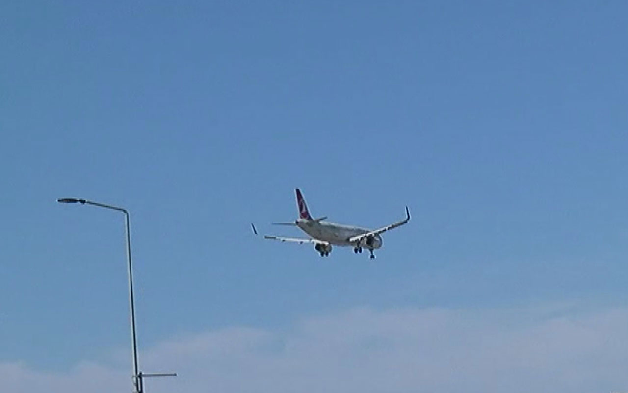 Avrupa'dan dönen Türkleri taşıyan ilk uçak İstanbul Havalimanı'na indi