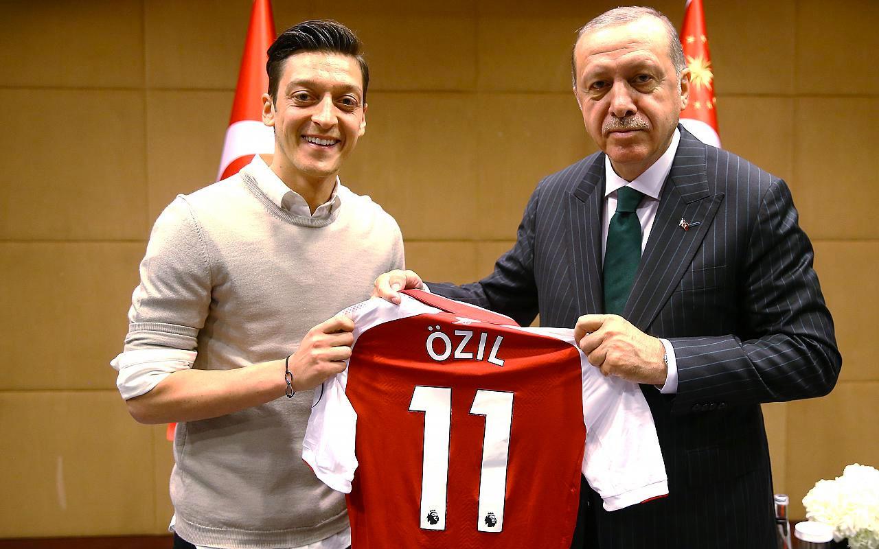 Yine Cumhurbaşkanı Erdoğan üzerinden Mesut Özil'e saldırdılar