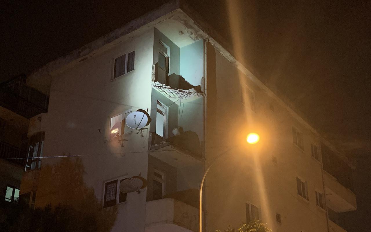 Pendik'te 4 katlı binanın balkonları çöktü