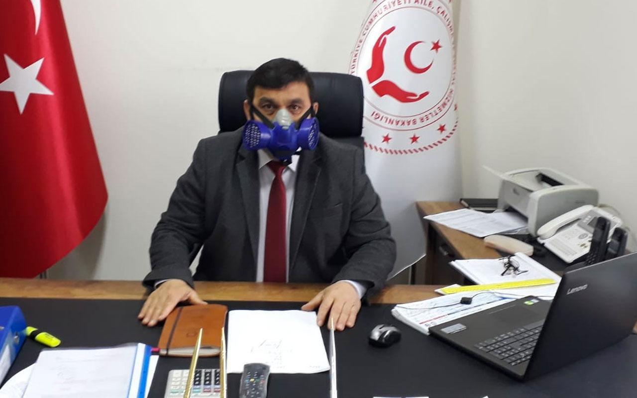Ordu'da daire müdürü virüse karşı oksijen maskesi ile görevi başında