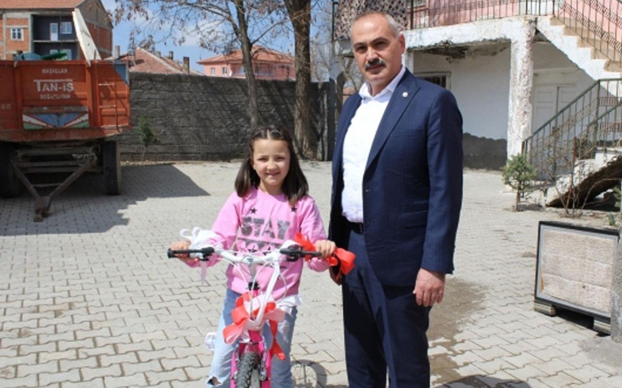 Cumhurbaşkanı Yardımcısı Oktay, bisiklet parasını bağışlayan çocuğu sevindirdi