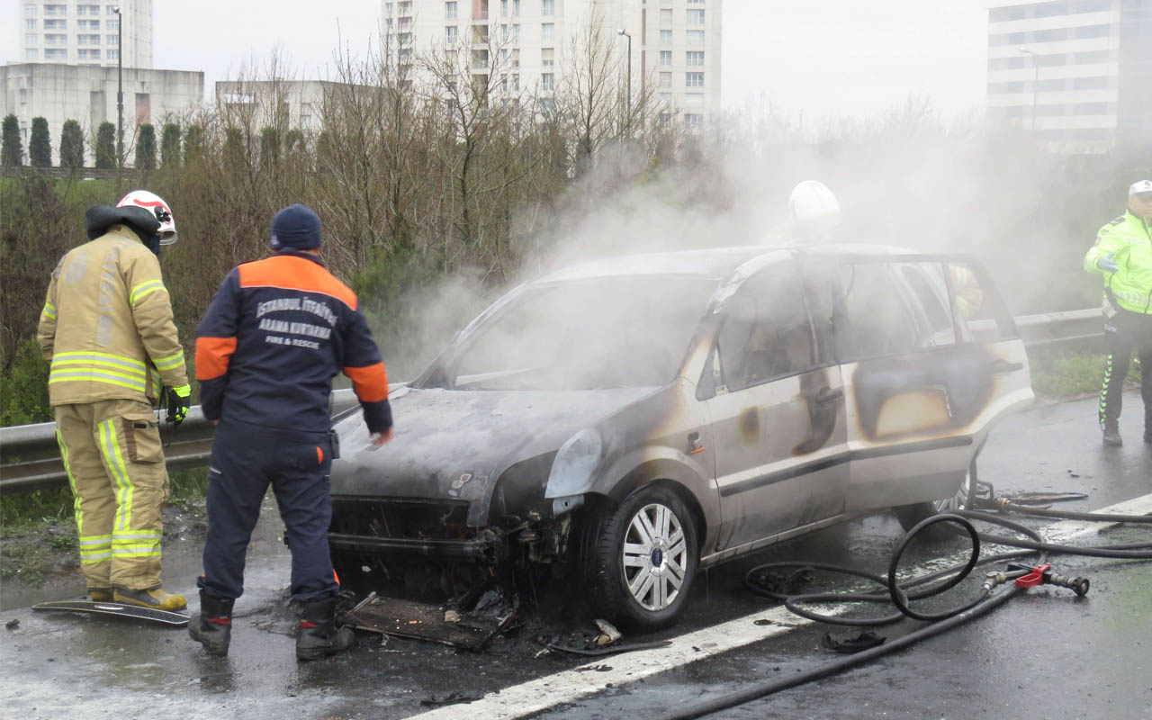 Ümraniye'de otomobil seyir halindeyken yanmaya başladı