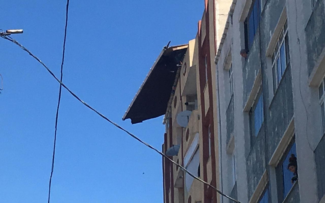 Esenler'de şiddetli rüzgar nedeniyle binanın çatısı kaydı