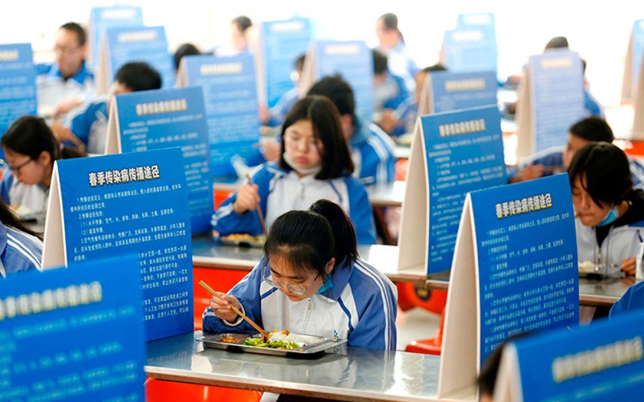 Çinli öğrenciler, yemeği sosyal mesafeyle yedi