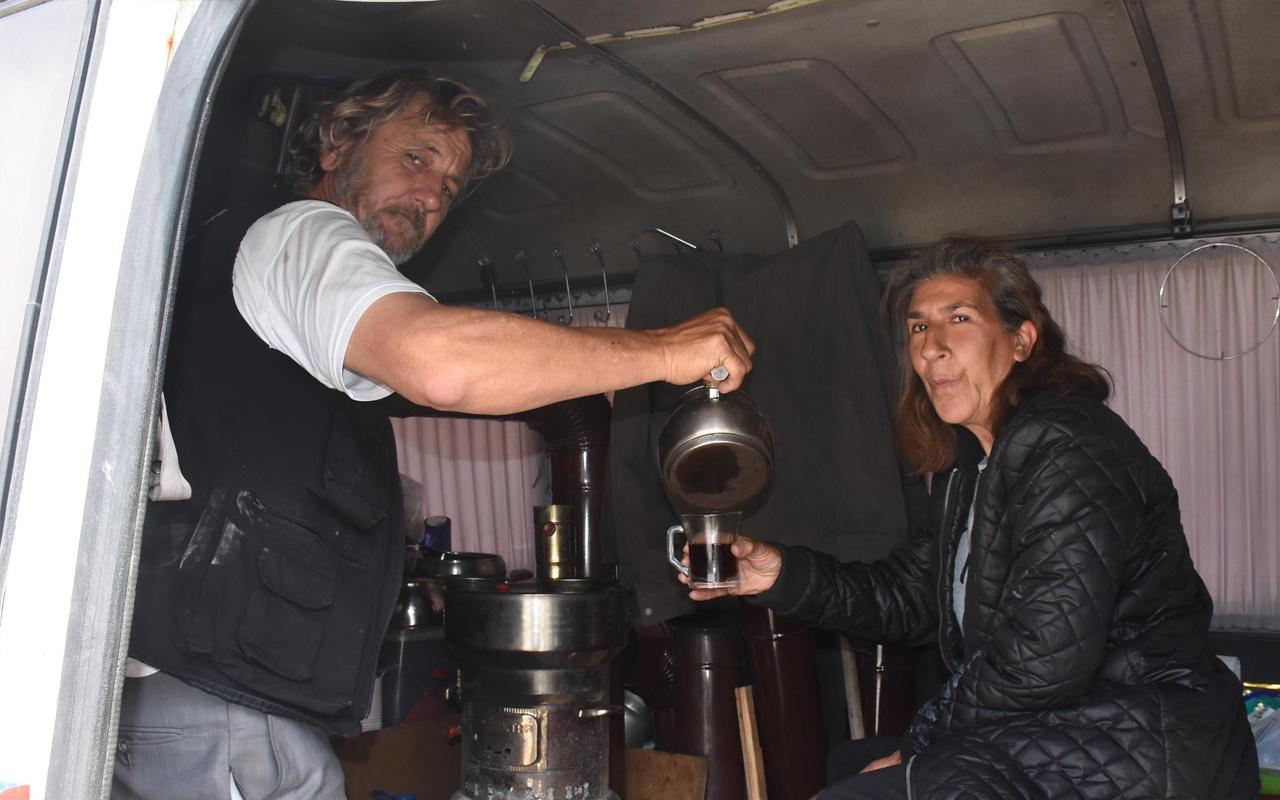 İzmir'de kira ödeyemediği için minibüste yaşayan çiftten 'Evde kal' çağrısı