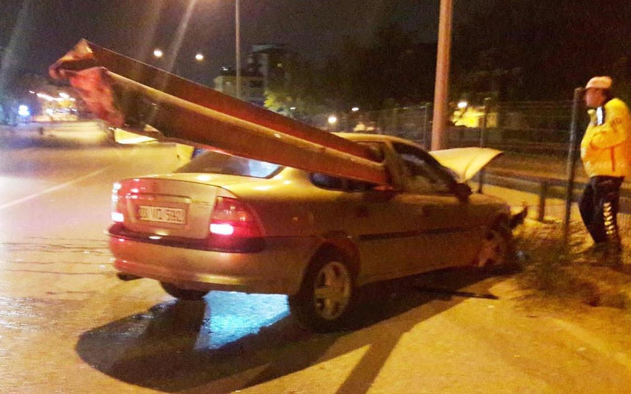 Denizli'de ölüm teğet geçti bariyer otomobile saplandı