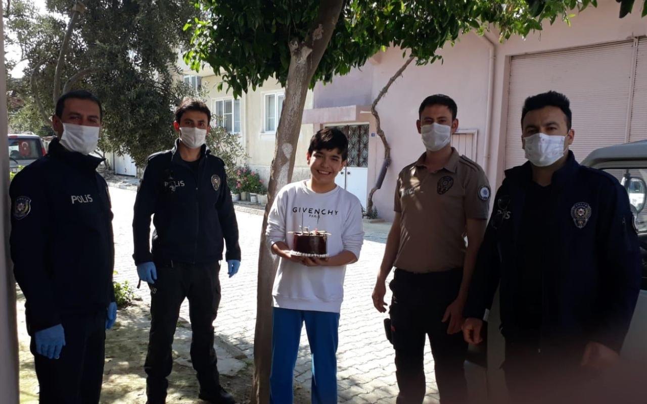 Aydın'da polisten 12 yaşına basan çocuğa pastalı doğum günü sürprizi