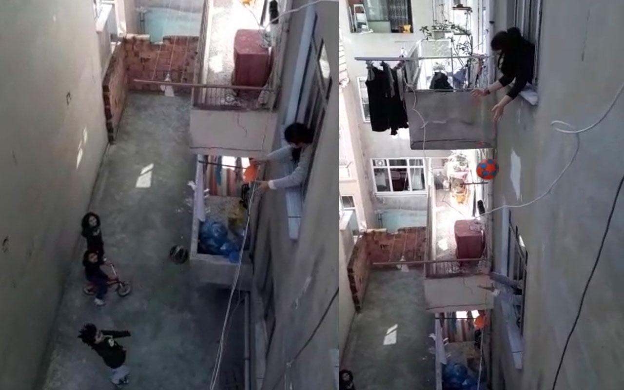 İstanbul'da sokağa çıkma yasağı olan çocuklar pencereden top oynadı