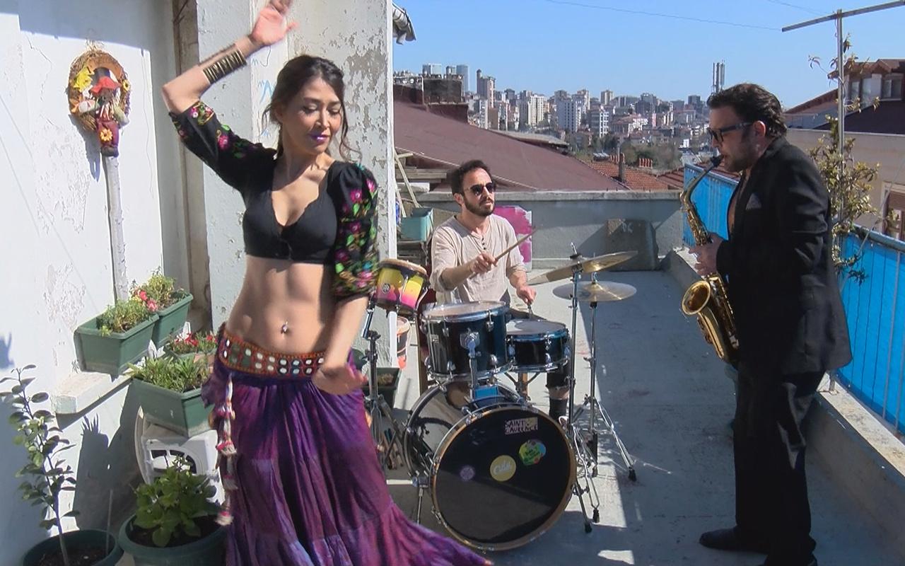İstanbul Kadıköy'de terasta komşular için dansözlü konser verdi