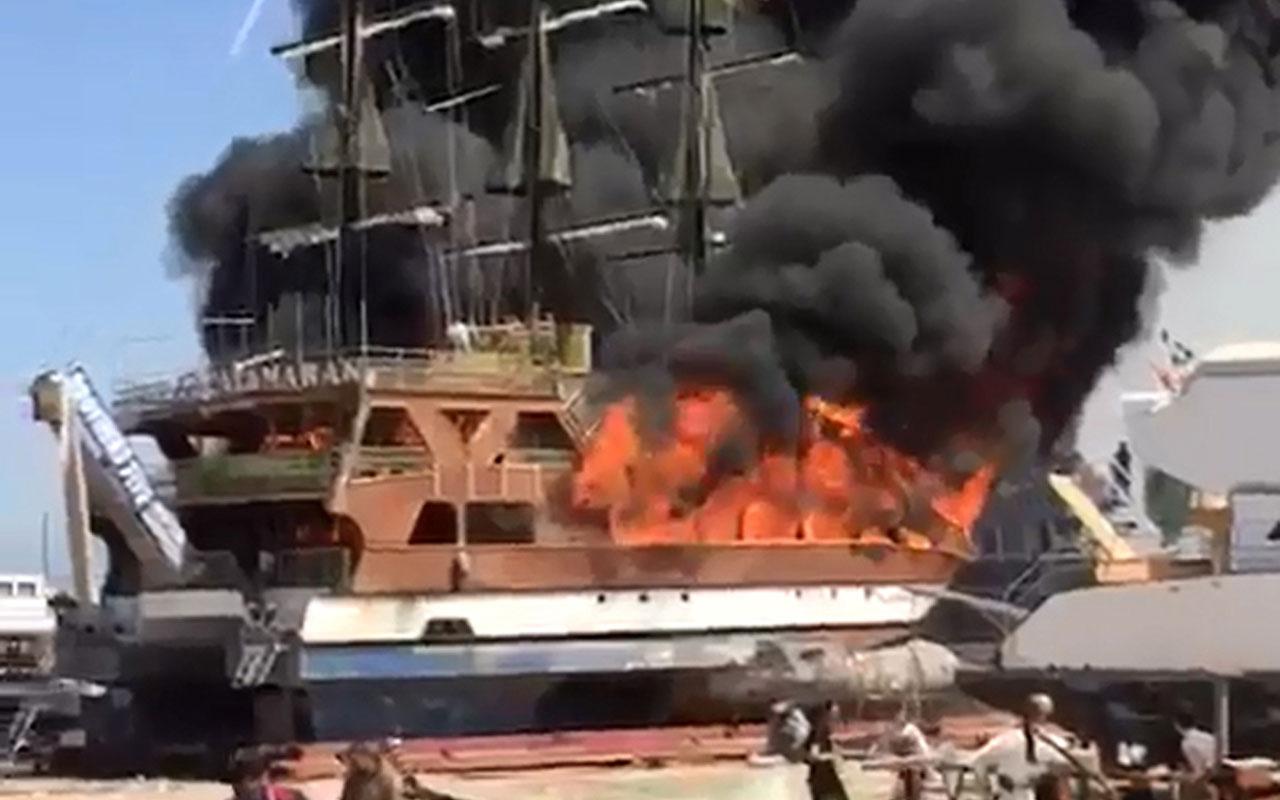 Antalya Manavgat'ta gezi teknesi alev alev yandı