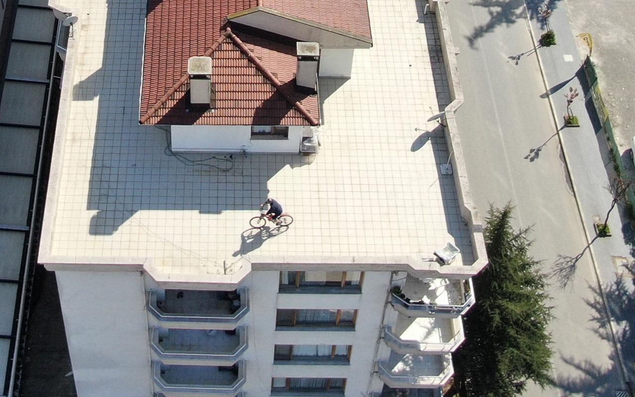 Evinde kalınca terasta bisiklet kullandı