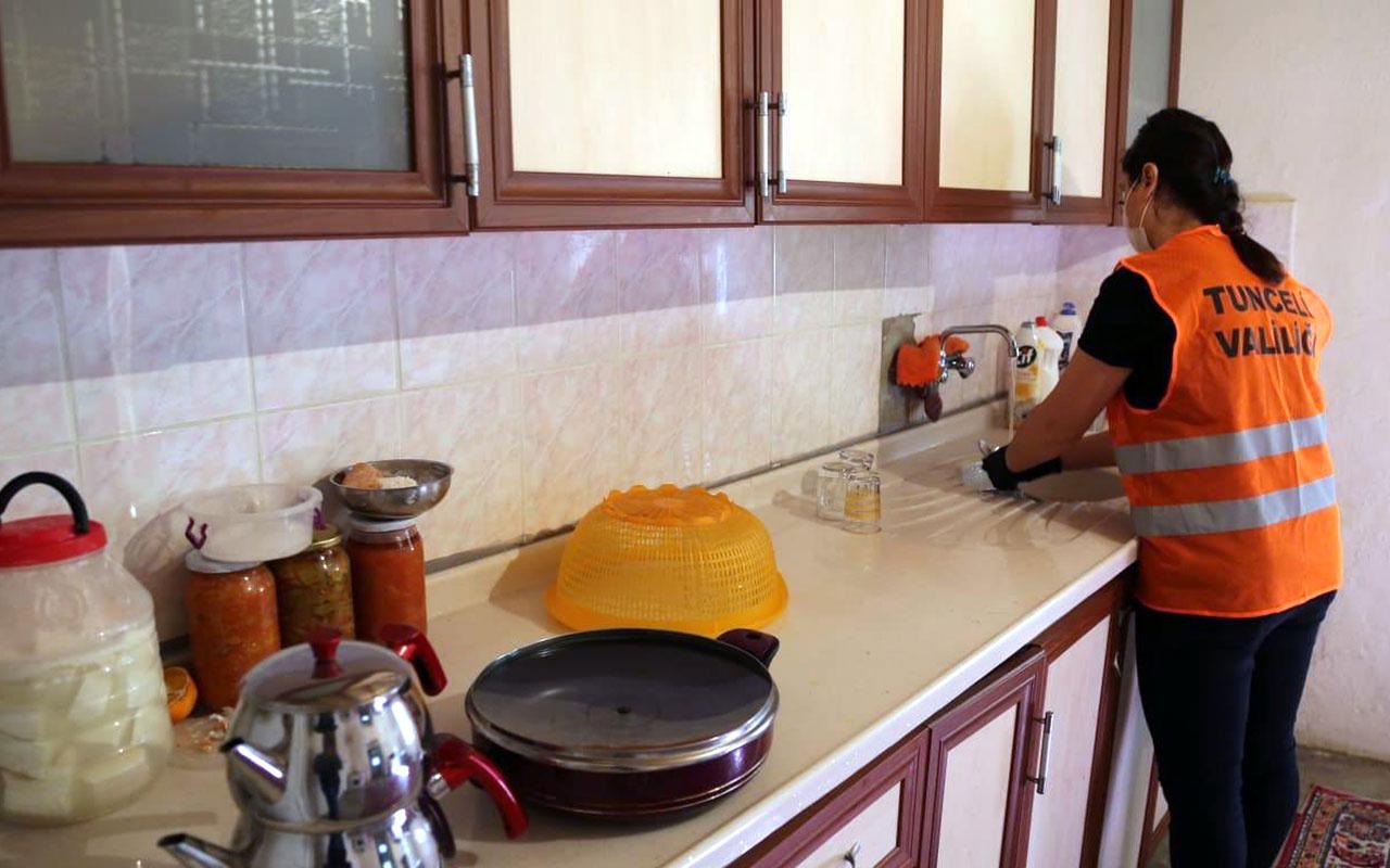 Tunceli'de Vefa ekibi sokağa çıkmaları kısıtlanan vatandaşların evlerini temizliyor