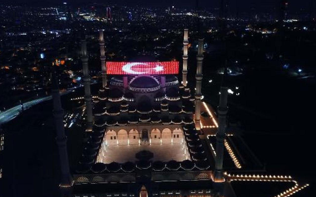 Çamlıca Camii'nde Ramazan mahyası aydınlandı