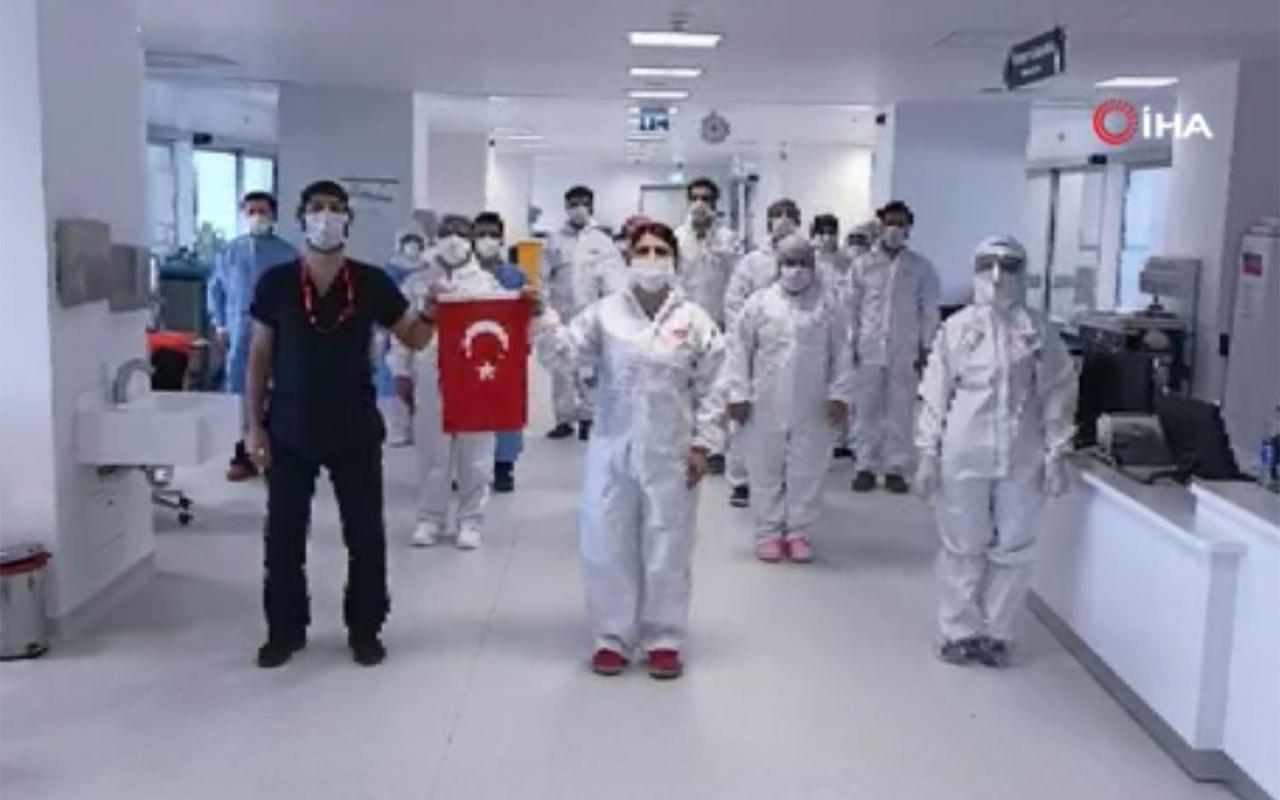 Sağlık çalışanları İstiklal Marşı'nı hastanede okudu