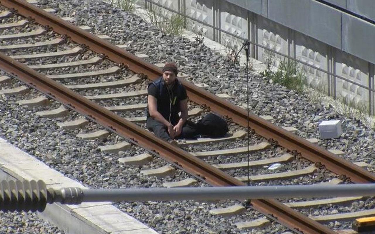 Çantamda bomba var diyerek Marmaray raylarına oturdu