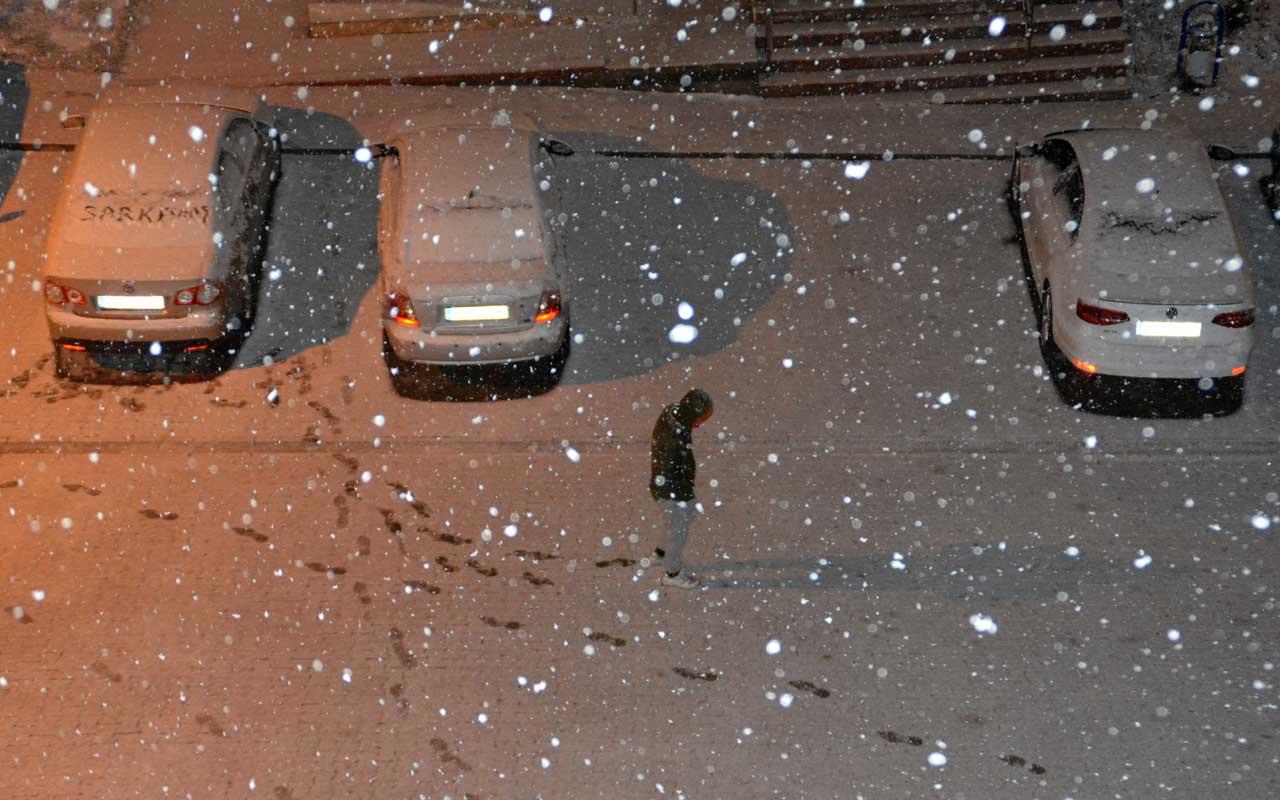 Kars Sarıkamış beyaza büründü! Nisan ayında yağan kar herkesi şaşırttı