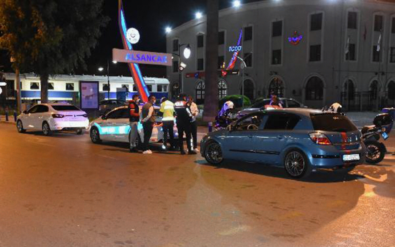 İzmir'de bir kişi sokağa çıkma kısıtlamasının bitimine 5 dakika kala ceza aldı