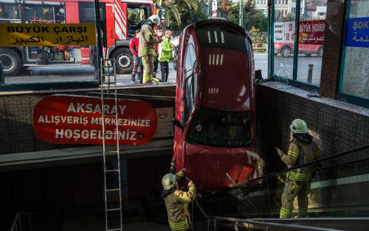 Akıl almaz kaza! İstanbul'da yeraltı çarşısına otomobil düştü
