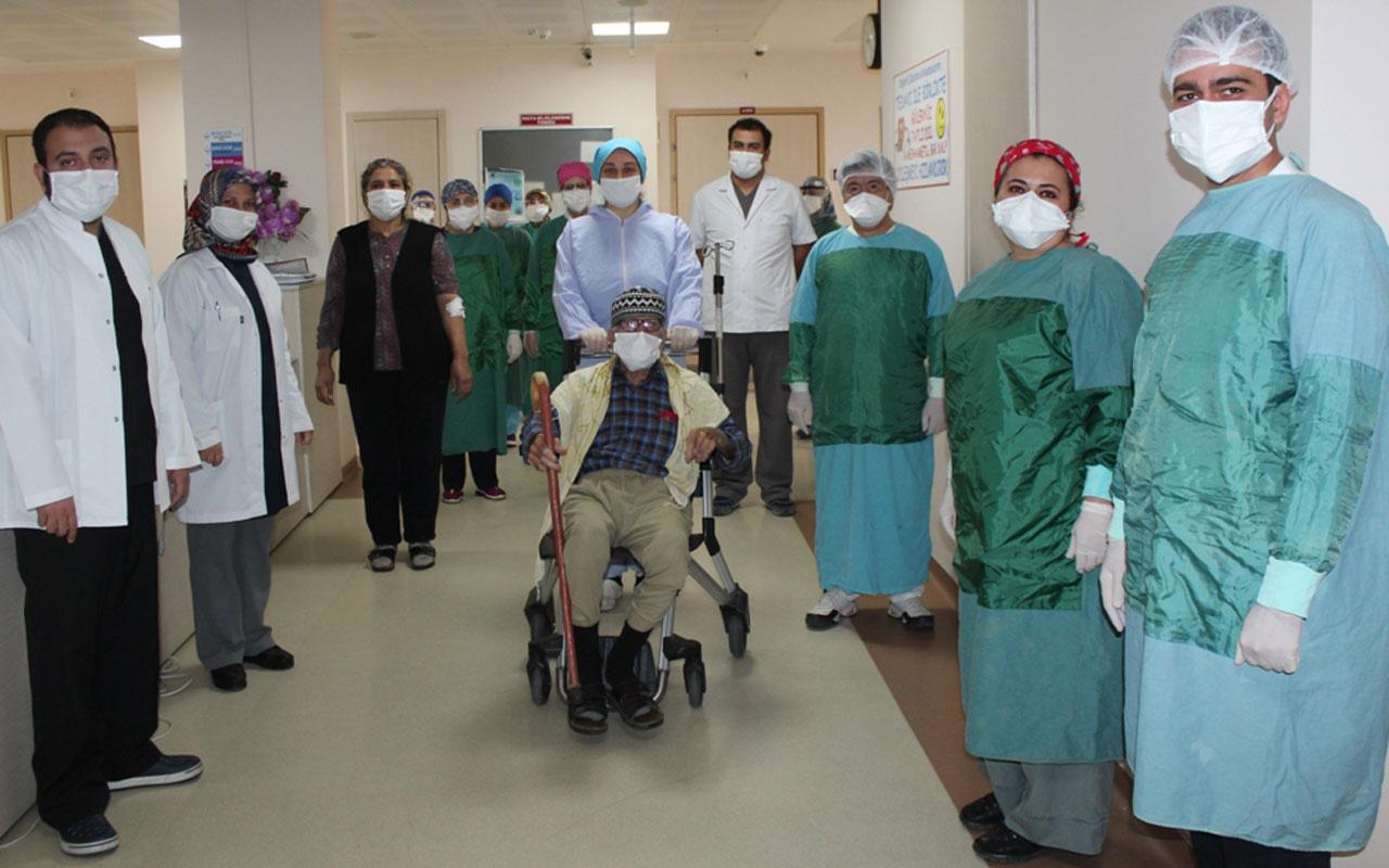 92 yaşında Kovid-19 tedavisi tamamlanan Nurettin dede alkışlarla taburcu edildi