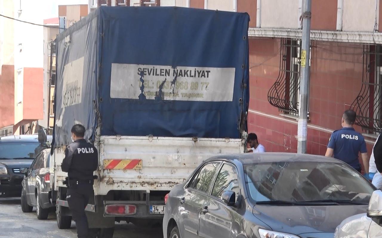 Sultangazi'de kan donduran olay! Sokakta kendini kamyonete astı
