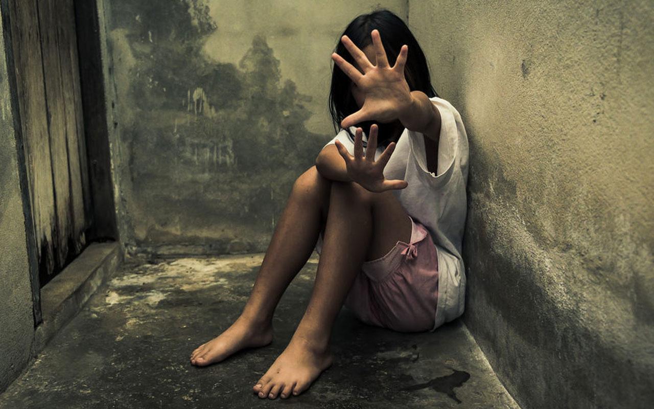 İğrenç anne tahliye oldu! 14 yaşındaki kızını kendi sevgilisiyle ilişkiye girmeye zorladı