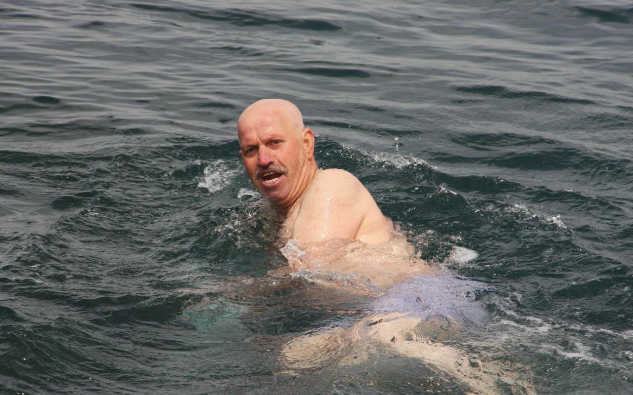 İstanbul'da 65 yaş üstü vatandaşlar denize koştu izin günü manzarası