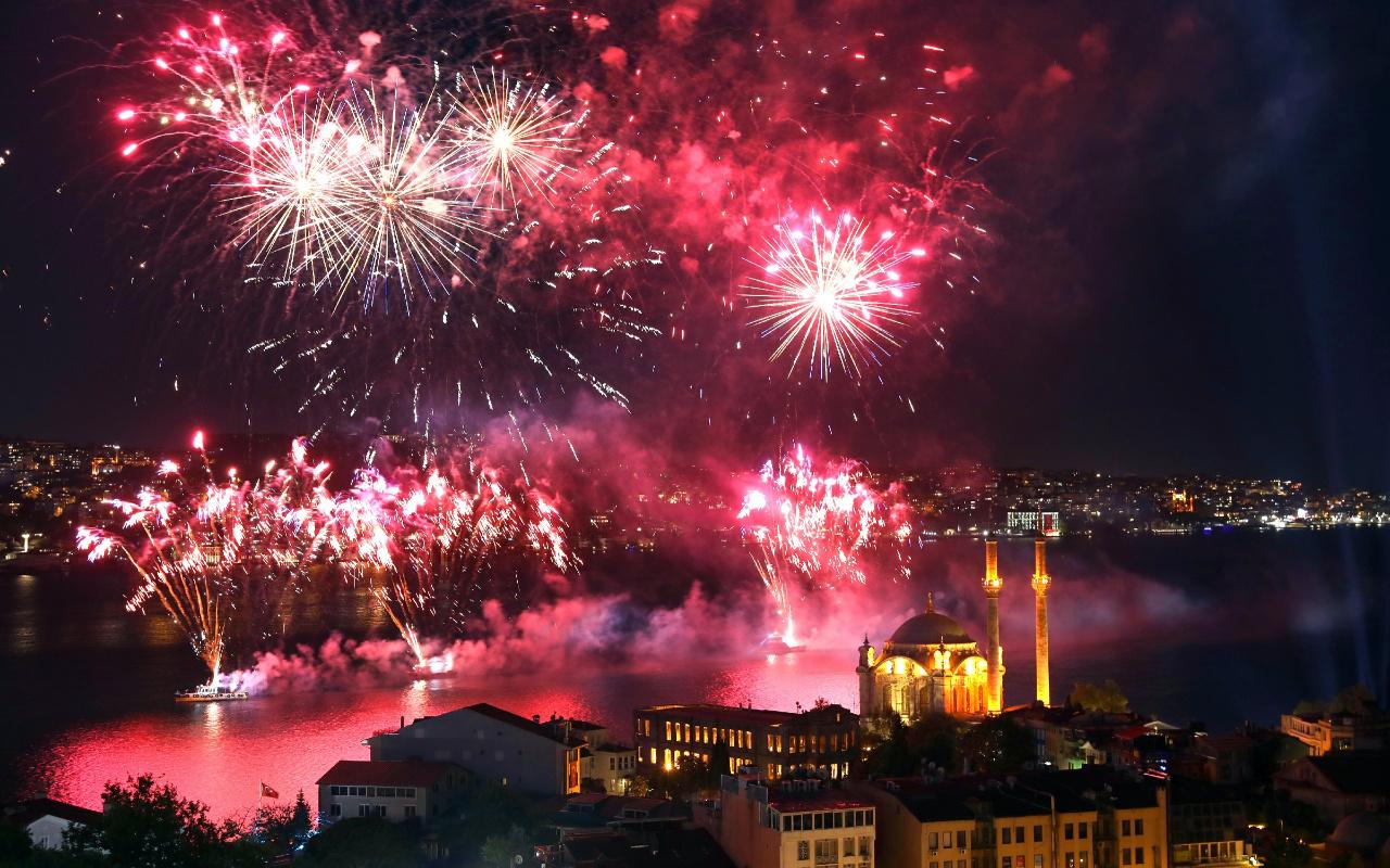 İstanbul Boğazı'ndaki 19 Mayıs kutlamaları göz kamaştırdı