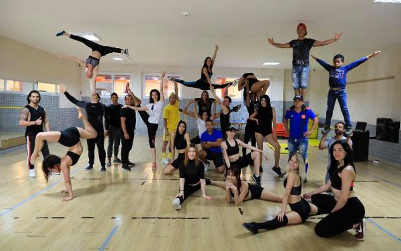 Korona nedeniyle Antalya'da mahsur kalan 45 akrobat ve dansçı depoda form tutuyor