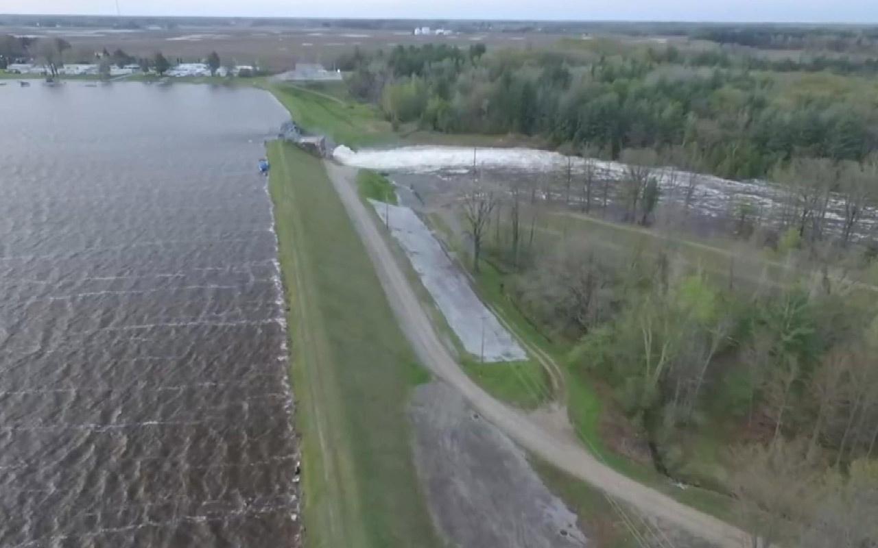 ABD'de baraj çöktü: 50 otoyol trafiğe kapandı