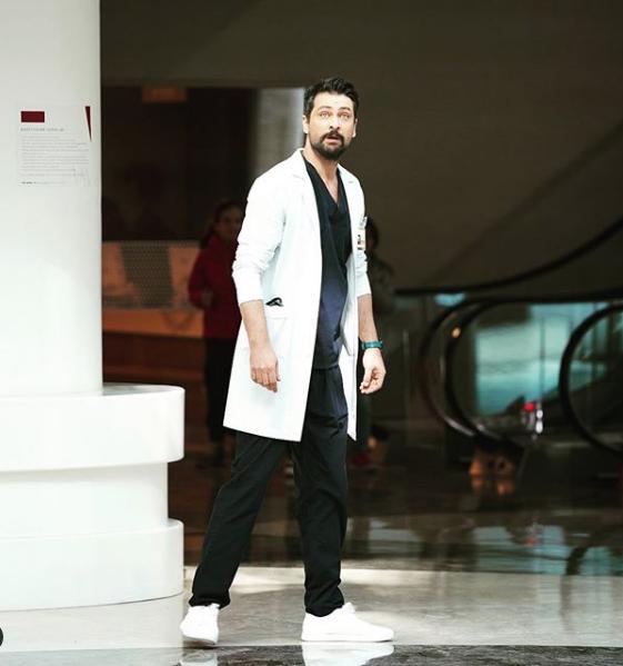 Onur Tuna üstsüz poz verdi FOX TV Mucize Doktor Ferman'ı isyan ettirdi