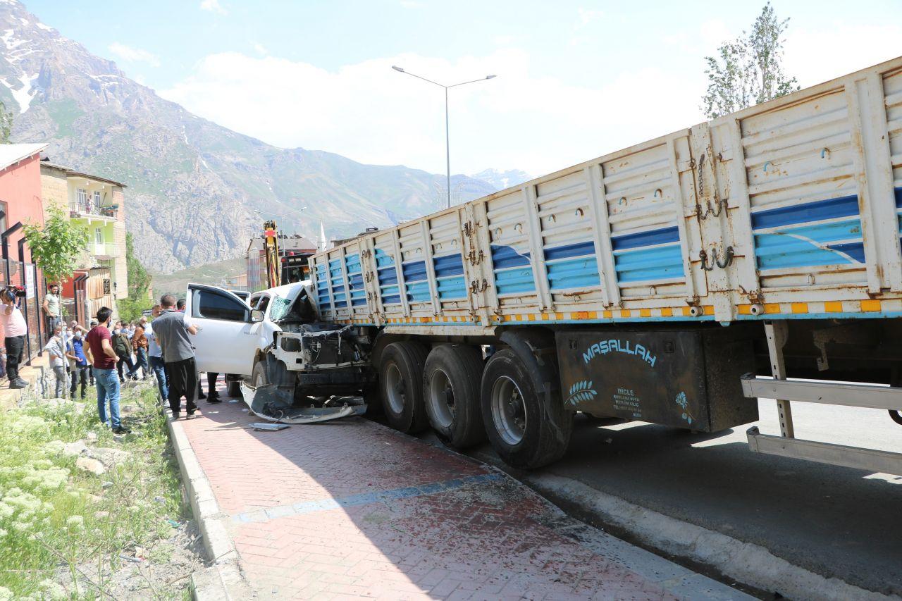 Hakkari'de kaza yerinde sosyal mesafe uyarısında bulunan polis ekiplerine saldırı