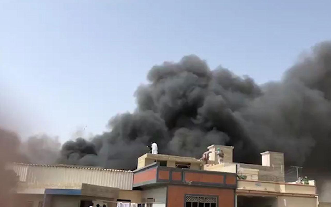 Pakistan Karaçi'de yolcu uçağı şehrin üstüne düştü