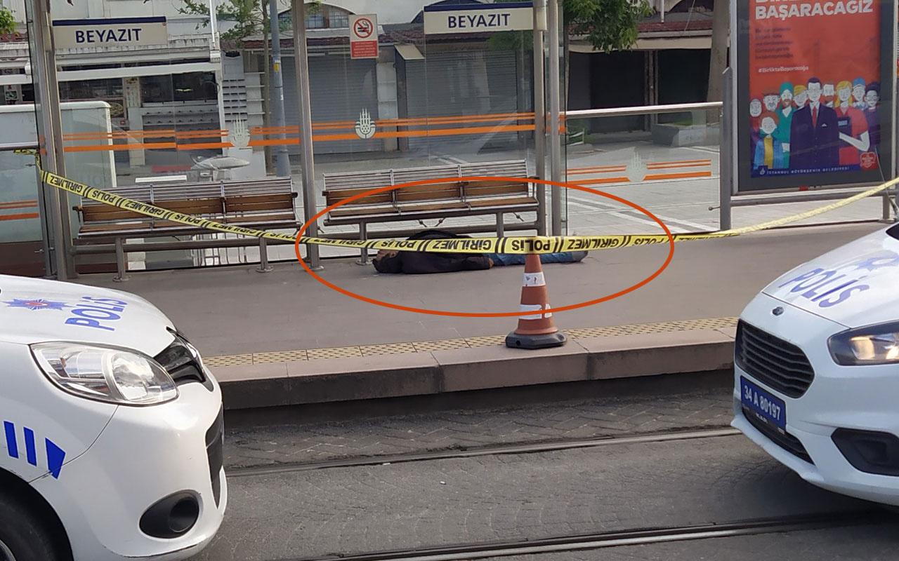 İstanbul Beyazıt tramvay durağında korkunç manzara! Erkek cesedi bulundu
