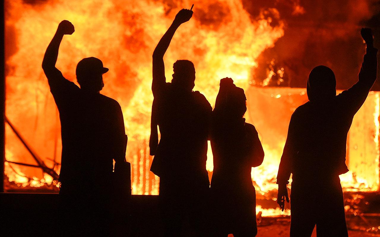 ABD'de Beyaz Saray'a yürümek isteyenlere polis şiddetini artırdı
