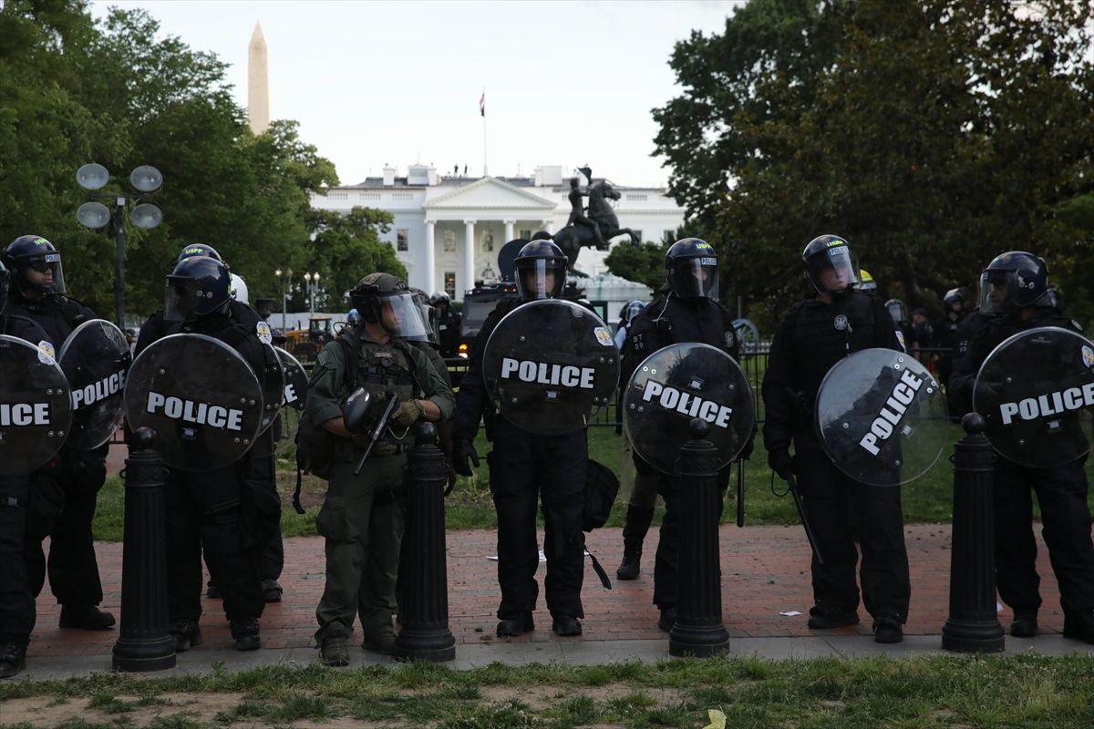ABD'de Floyd protestoları büyüyor! 16 eyalette 25 şehirde sokağa çıkma yasağı geldi