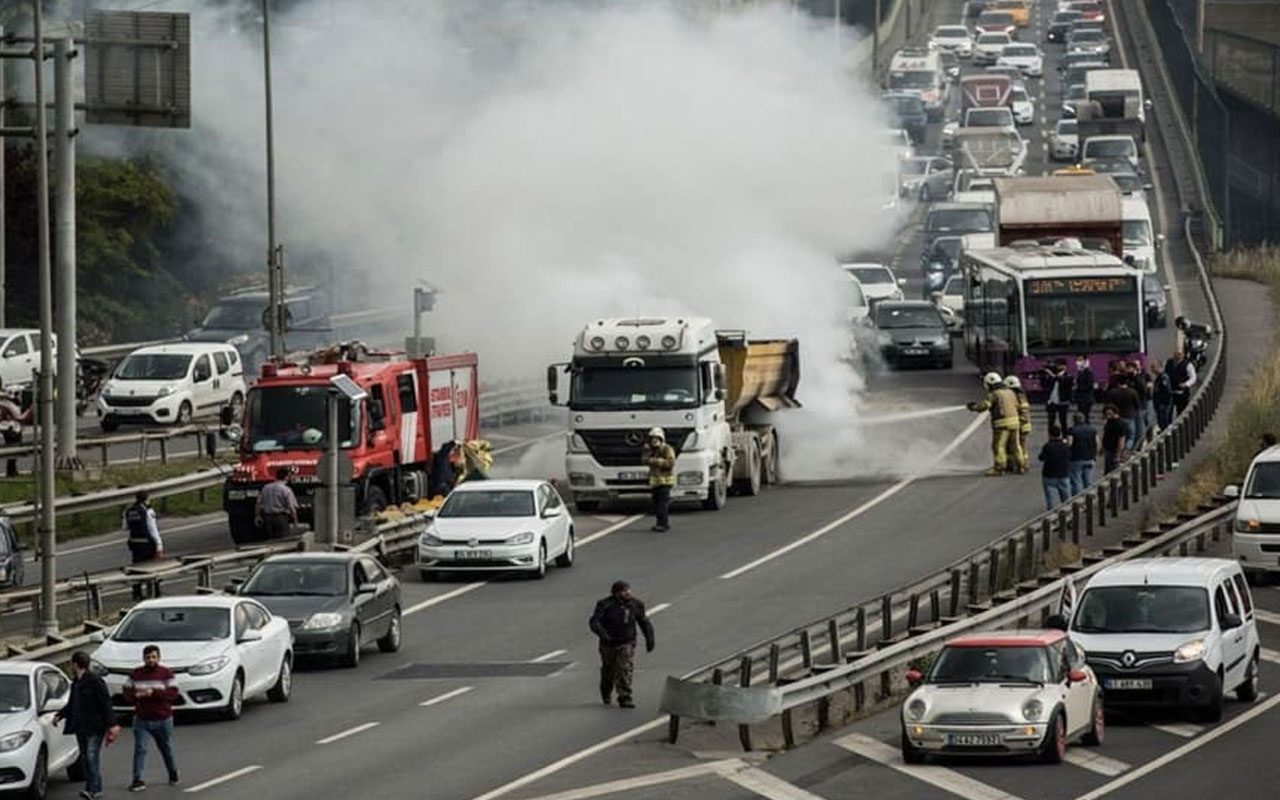 Son dakika Haliç Köprüsü'nde hafriyat kamyonunda yangın çıktı