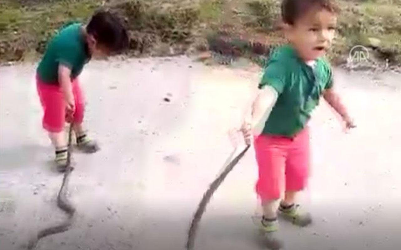 Küçük Eymen'in 1,5 metrelik yılanla oyunu kameraya yansıdı