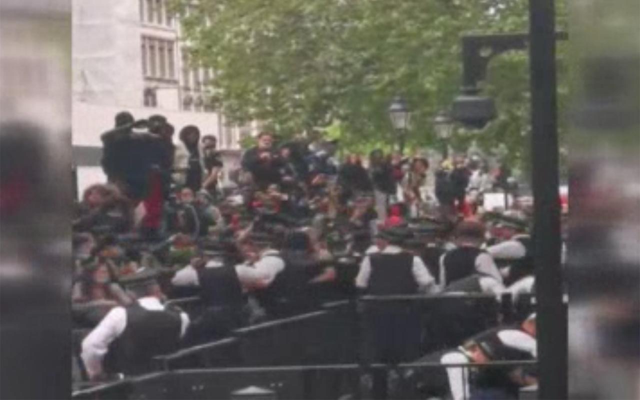 İngiltere'deki George Floyd protestolarında polis şiddeti