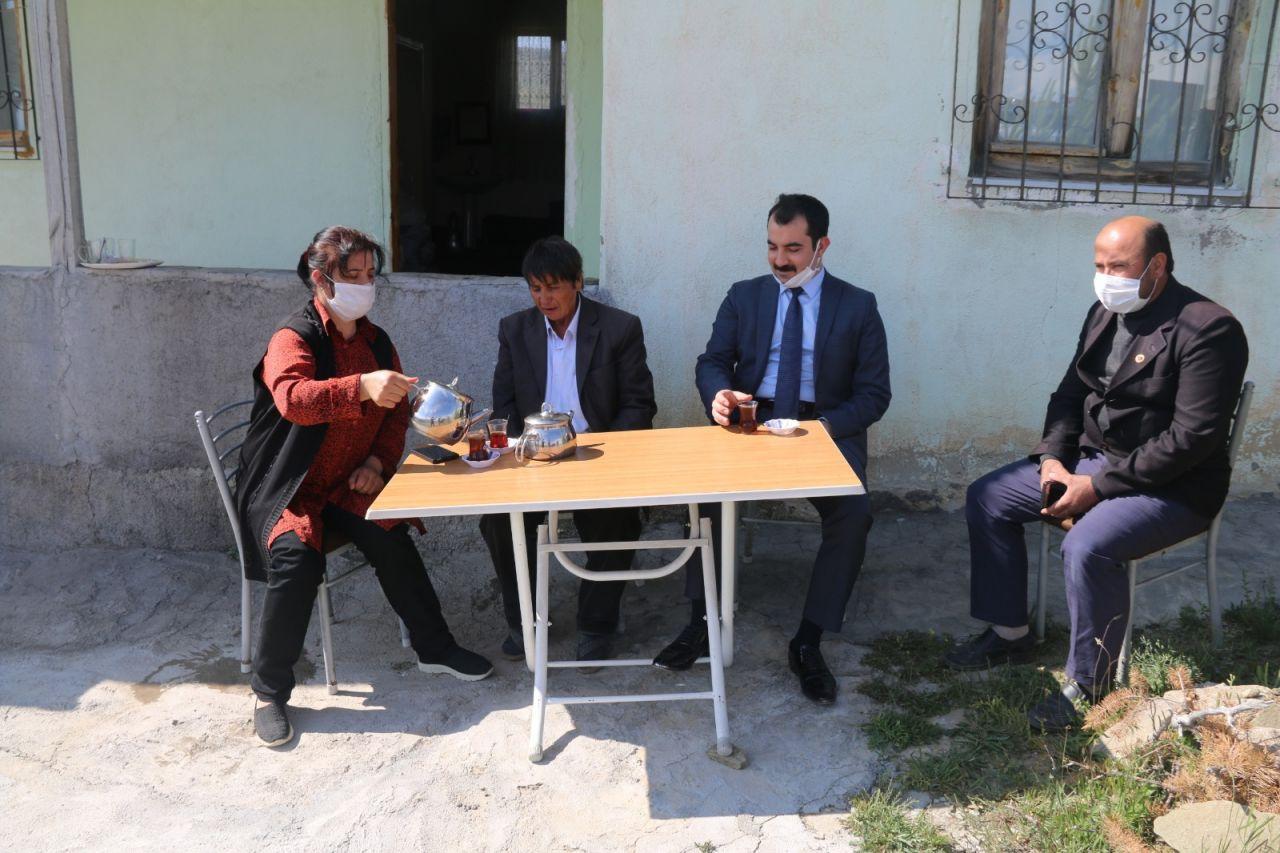 Sivas'ta 57 yıldır erkek kıyafeti giyen köylü kadın traş da oluyor