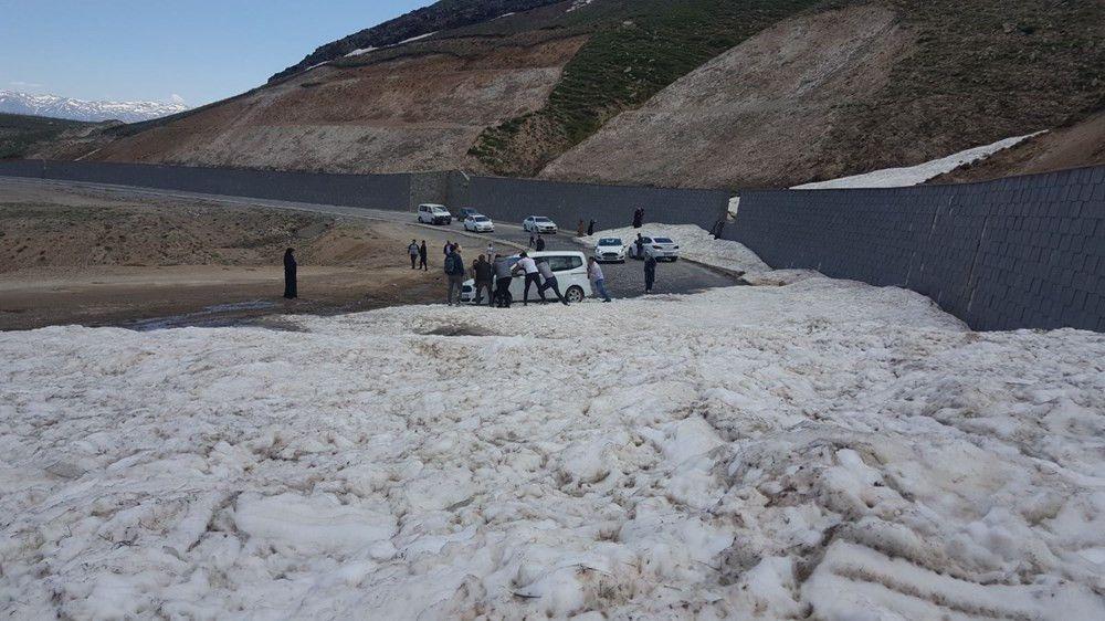 Yaz günü Bitlis'te büyük sürpriz! Onlarca araç karda mahsur kaldı