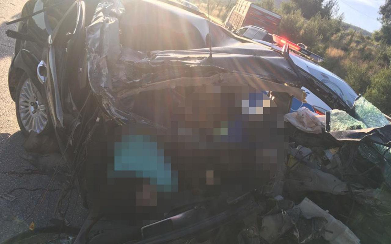 Mersin'de otomobil tıra çarptı: 3 ölü
