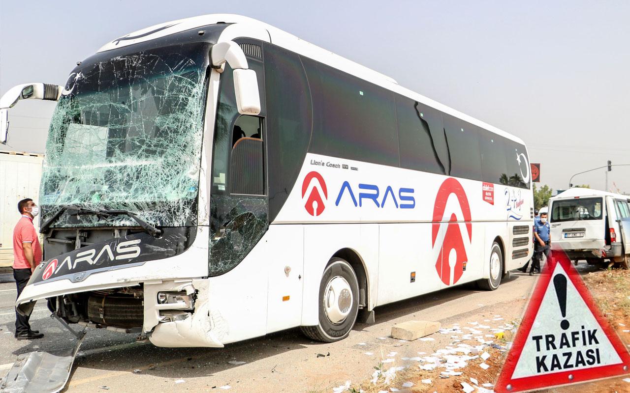 Antalya'da servis minibüsü ile yolcu otobüsü çarpıştı