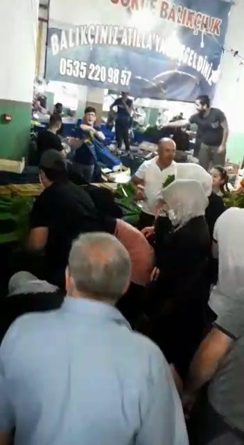 Esenyurt'ta pazarcı protestosu! Vatandaş dökülen sebzeleri kapış kapış topladı