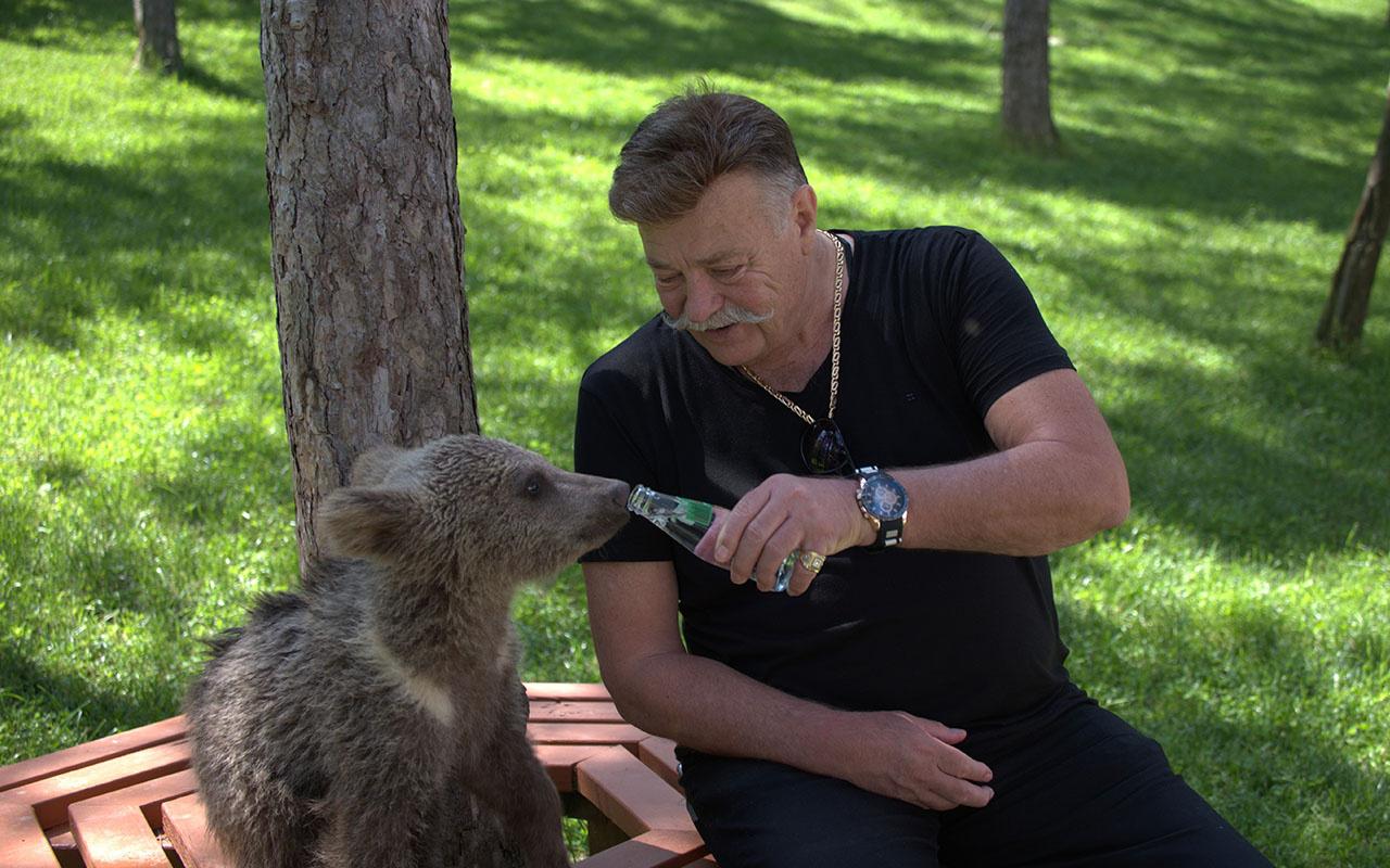 Oyuncu Nuri Alço sevimli yavru ayıya 'gazoz' içirdi