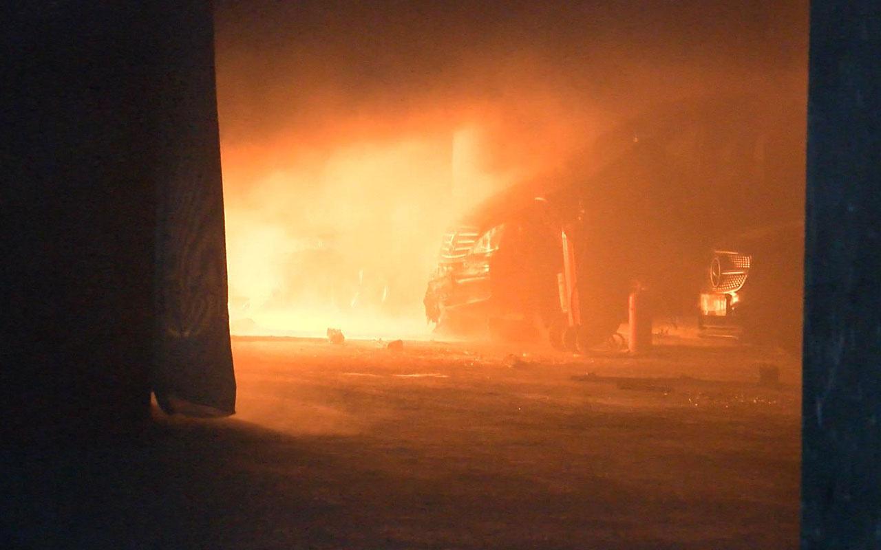 Kartal'da otoparkta çıkan yangında 3 araç ve 100 halı yandı