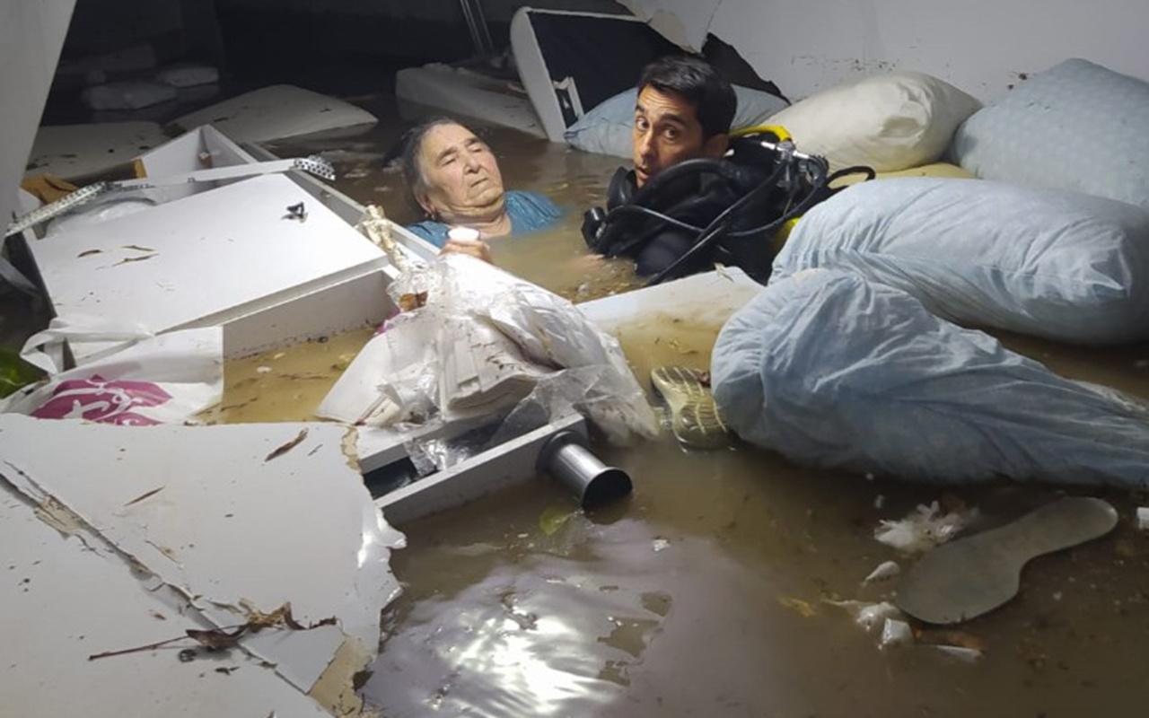 Adana'da su basan hastanenin bodrum katında mahsur kalan engelli kadını dalgıçlar kurtardı