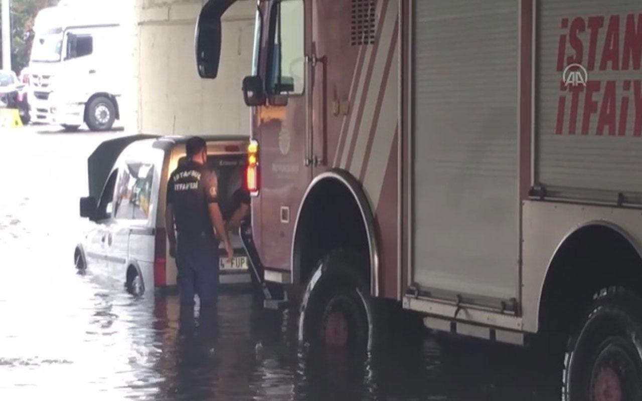 İstanbul'da su birikintisinde mahsur kalan araç böyle kurtarıldı!